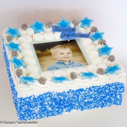 Slagroomtaart met foto en blauwe feestdeco