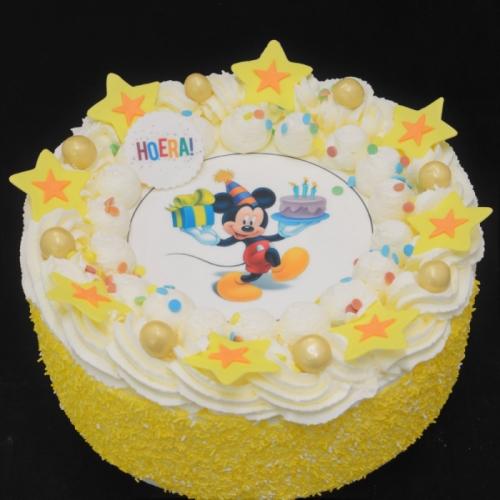 Slagroomtaart met afbeelding (mickey) in geel tinten
