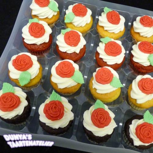 Kleine Cupcakes met roosjes uit mal - rood