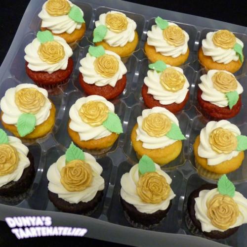 Kleine Cupcakes met roosjes uit mal - goud