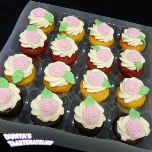 Kleine Cupcakes met roosjes uit mal - roze