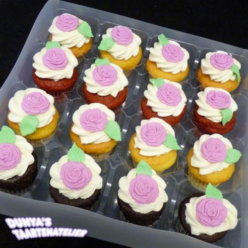 Kleine Cupcakes met roosjes uit mal - fuchsia