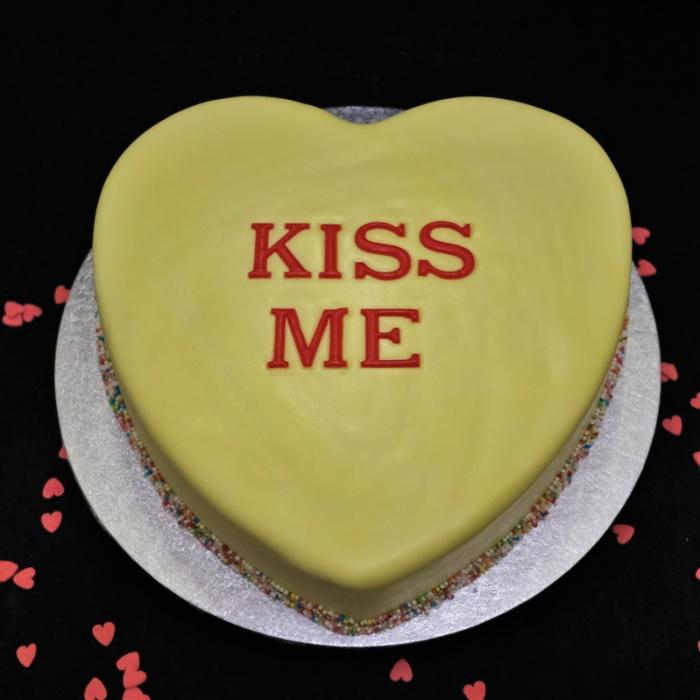 Valentine taart met decoratie en tekstKISS ME