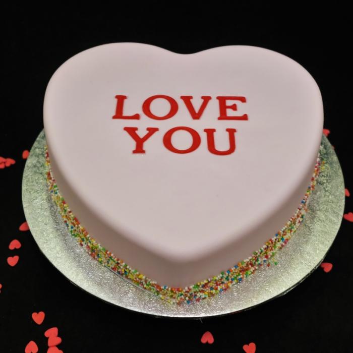 Valentine taart met decoratie en tekstLOVE YOU