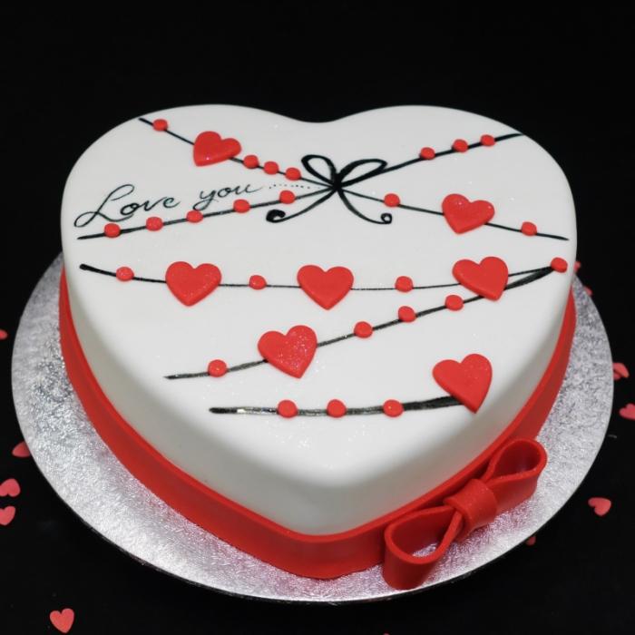 Valentine taart met decoratie en tekstHarten slingers