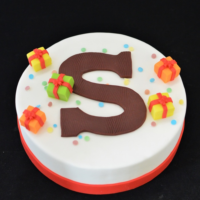 Sint taarten met suikerdecoratieChocolade letter